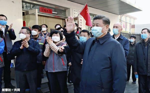 北京市内の施設を視察し、マスク姿で手を振る中国の習近平国家主席=右手前(10日)=新華社・共同