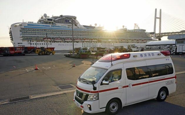 救急車がクルーズ船から離れ、ふ頭から出ていった(11日、横浜・大黒ふ頭)=共同