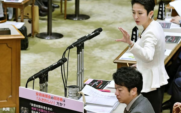 質問者がパネルを使うのもおなじみの光景だ(1月29日の参院予算委で質問する立憲民主党の蓮舫氏)