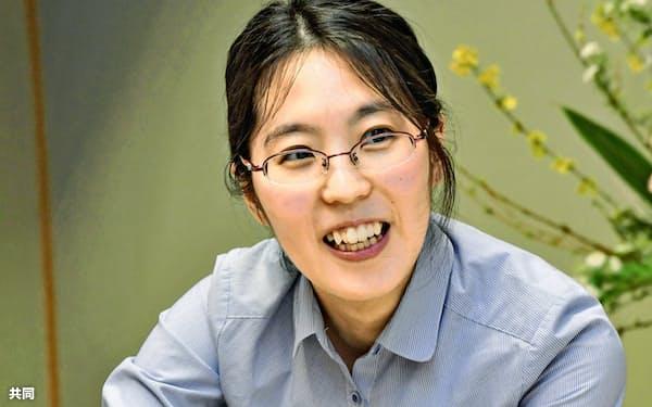 将棋の第46期女流名人戦5番勝負の第3局で谷口由紀女流三段に勝利し、笑顔の里見香奈女流名人(11日午後、岡山県真庭市)=共同