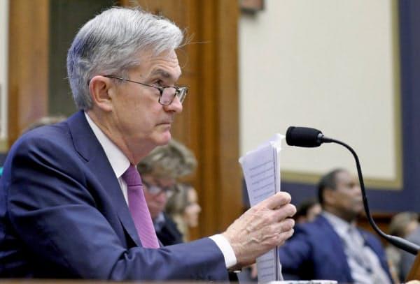 パウエルFRB議長は短期国債の購入を減額する考えを示した(11日、米連邦議会下院)=ロイター