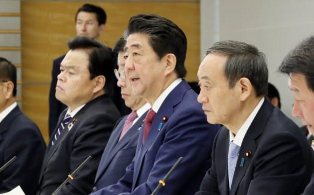 新型コロナウイルス感染症対策本部の会合で発言する安倍首相(12日午前、首相官邸)