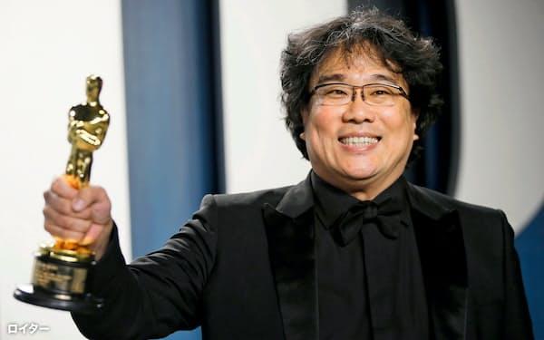 受賞を喜ぶポン・ジュノ監督=ロイター