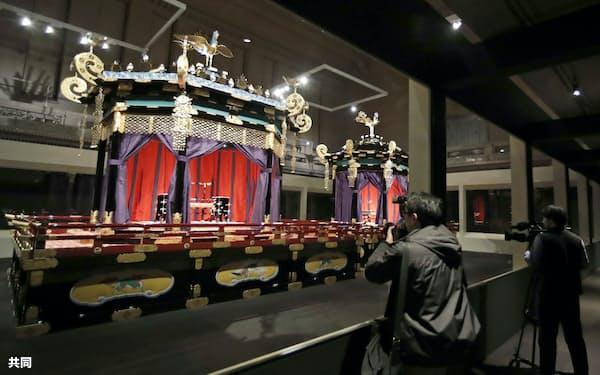「即位礼正殿の儀」で天皇陛下が国内外に即位を宣言された玉座「高御座」(手前)と皇后さまが立たれた「御帳台」(12月、東京・上野の東京国立博物館)=共同