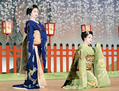 「北野をどり」の衣装合わせで写真撮影に臨む舞妓(12日午前、京都市)=共同