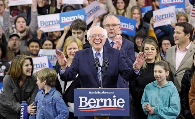 11日、ニューハンプシャー州での集会で支持者に演説するサンダース上院議員=AP