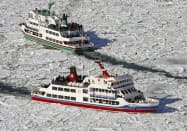 流氷に覆われた海面を進む観光砕氷船(11日午後0時58分、北海道・網走沖)=共同