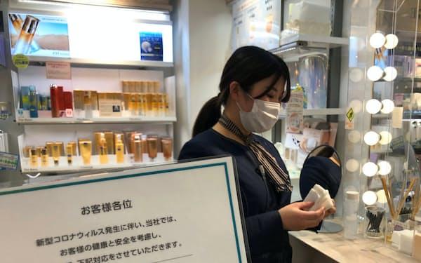 マスク姿の美容部員が売り場で増えている(写真は東京都内の化粧品専門店)