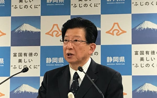 記者会見する静岡県の川勝平太知事(12日、静岡県庁)