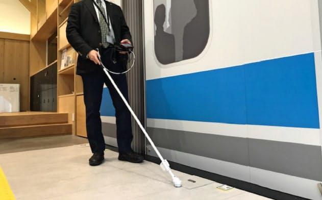 ホームや列車に設置されたRFタグに白杖が反応し、列車との接触の危険を知らせる(12日、横浜市)