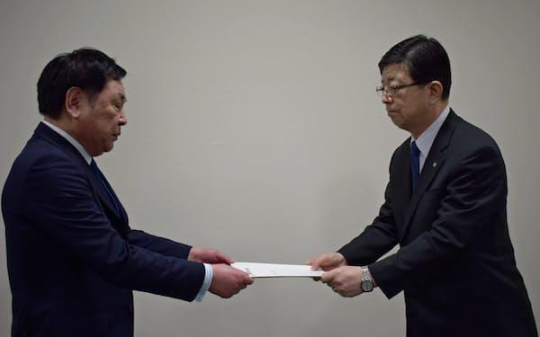 越善村長(左)は原田社長に要望書を手渡した(12日、仙台市)