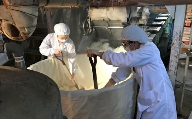 清酒「木堂酵母」の仕込み作業に参加する中国学園大の学生ら