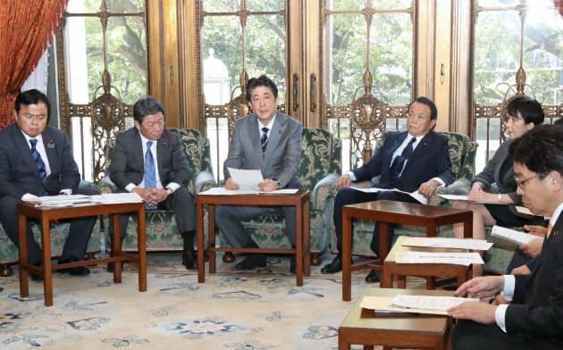 新型コロナウイルス感染症対策本部の会合で発言する安倍首相(1月30日、国会内)