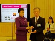 東京大学の橋本教授らに感謝状を贈る東京都の小池知事(写真左)