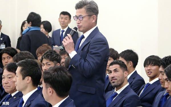 横浜市役所を訪問し、抱負を述べる横浜FCの三浦(12日)=共同