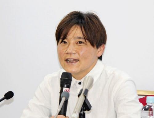 引退の記者会見で心境を話すサッカー女子、元日本代表の大野忍(12日、東京都内)=共同