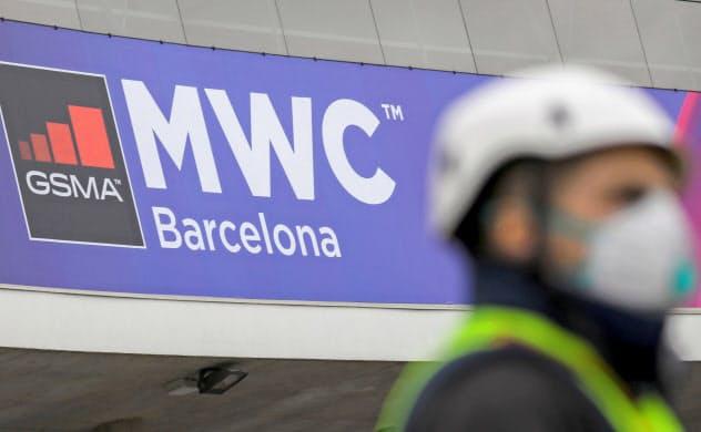 MWCはスマートフォンの新製品や次世代通信規格5Gの新技術などを展示する世界最大の見本市だ(12日、スペイン・バルセロナ)=ロイター