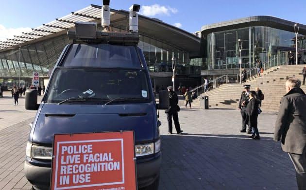 11日、ロンドンのショッピングセンター前に置かれた顔認証システム=AP