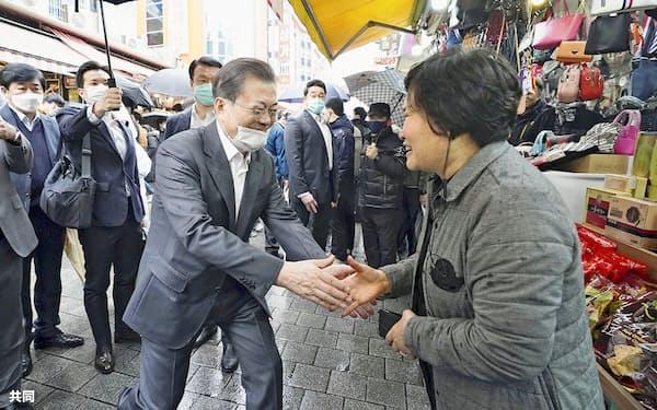 ソウルの南大門市場を訪問した韓国の文在寅大統領(左)=12日(韓国大統領府提供・共同)