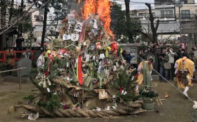 先月15日に京都・新熊野神社であった左義長。山伏らが正月飾りの塔に火をはなつ。