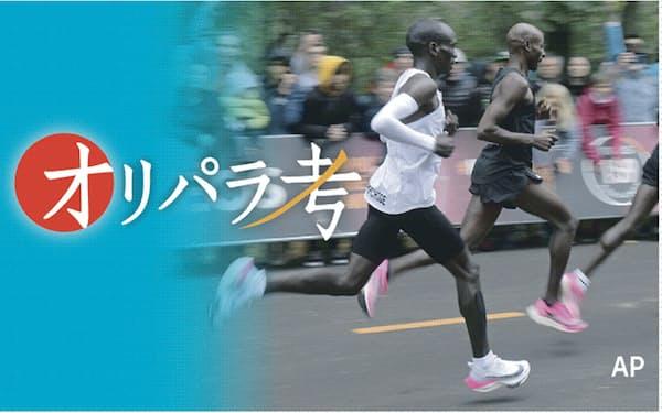 ナイキ製の特注厚底シューズを履いたエリウド・キプチョゲ(左)はウィーンで行われたマラソンの特別レースで非公式記録ながら史上初の2時間切りを達成した(2019年10月)