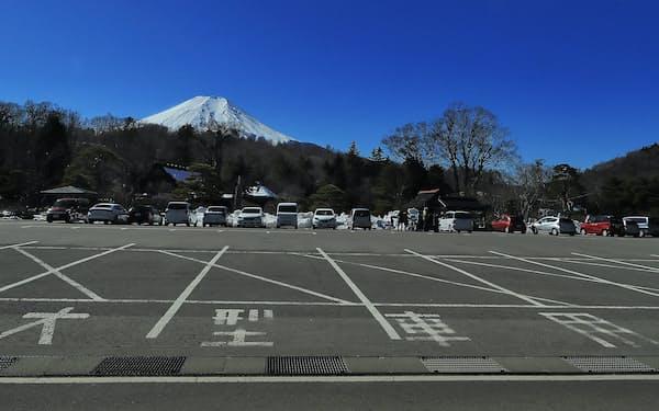 中国人観光客に人気の観光地の忍野八海。付近の駐車場は観光バスの出入りが激減し、マイカーばかりが並ぶ(山梨県忍野村)