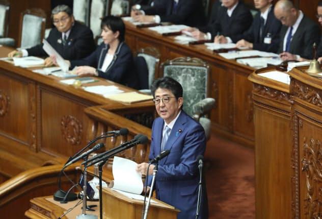 衆院本会議で答弁する安倍首相(13日)