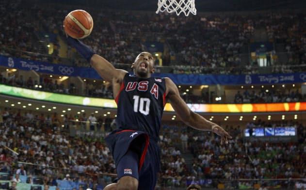 北京五輪のバスケット男子決勝でダンクシュートをするブライアント=ロイター