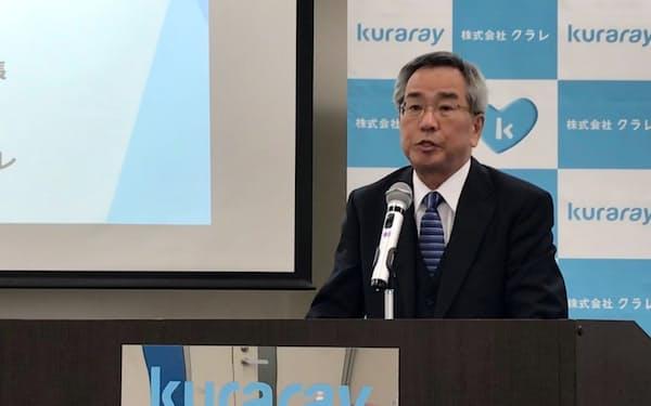 記者会見したクラレの伊藤社長(13日、東京都内)