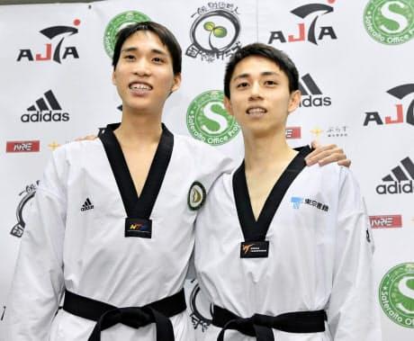 東京五輪日本代表に決まり笑顔で撮影に応じる、男子58キロ級の鈴木セルヒオ(右)と同68キロ級の鈴木リカルド兄弟=共同