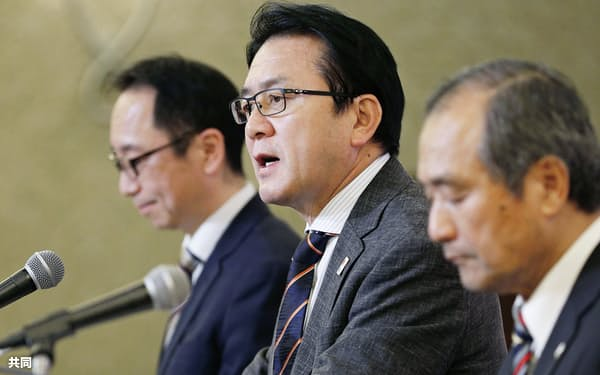 記者会見する日本陸連の瀬古利彦マラソン強化戦略プロジェクトリーダー=中央(13日、名古屋市)=共同