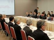 経団連の中西宏明会長と会談する東京都の小池百合子知事(写真右)
