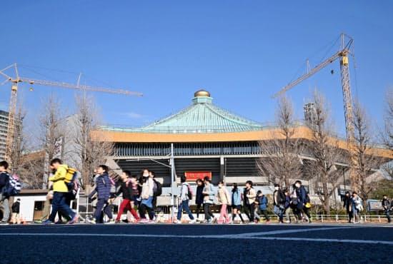 東京五輪・パラリンピックに向け改修が進む日本武道館(東京都千代田区)