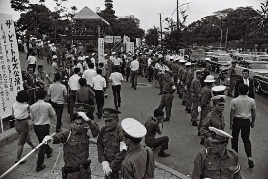 ビートルズの日本公演で、武道館周辺の交通規制にあたる警察官ら(66年7月)
