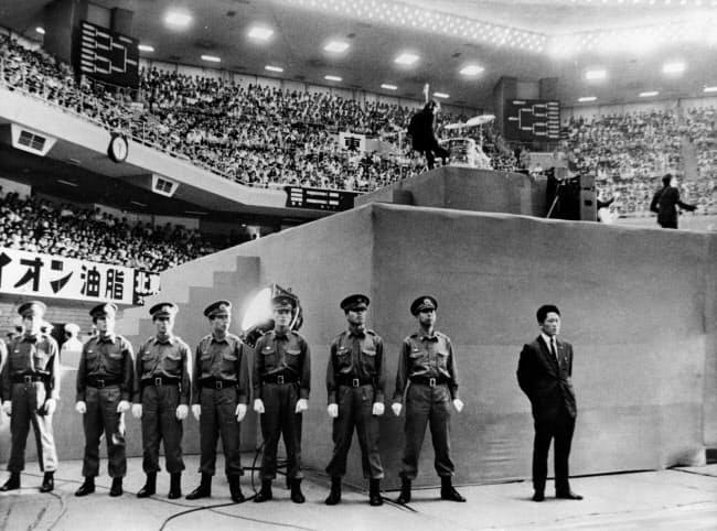 ビートルズの公演を警備する警察官(1966年、日本武道館)