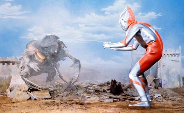 初期のAタイプスーツは細身。磁力怪獣アントラーが登場した第7話「バラージの青い石」より (C)円谷プロ