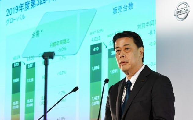 決算発表する日産自動車の内田誠社長兼CEO(13日、横浜市西区)