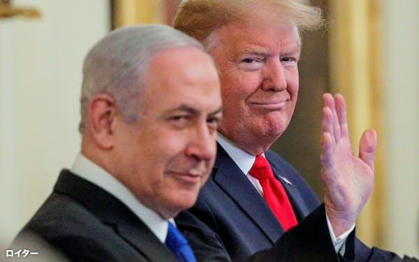 中東和平案を発表する記者会見に臨むトランプ米大統領(右)とネタニヤフ・イスラエル首相=ロイター