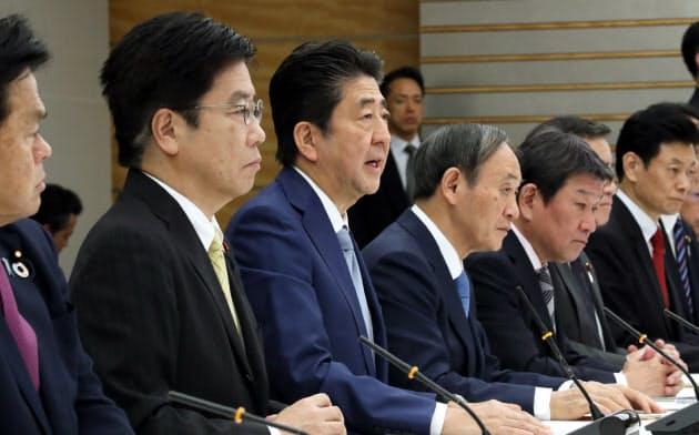 新型コロナウイルス感染症対策本部で発言する安倍首相(13日、首相官邸)