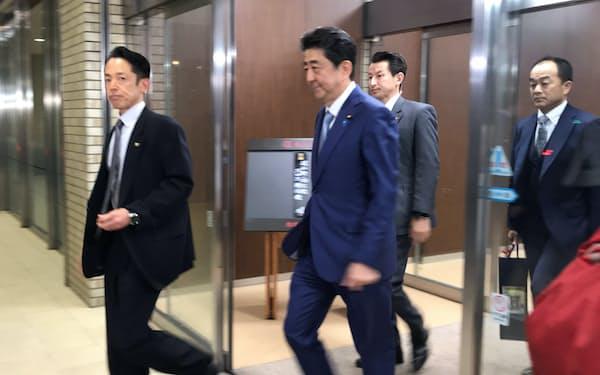 会合後、会場を出る首相(13日夜、都内)