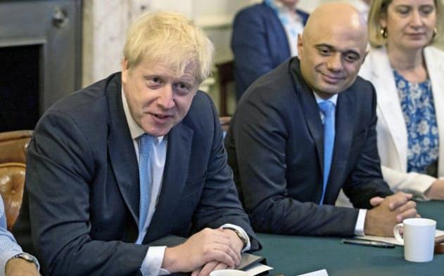 英国のジョンソン首相(左)とジャビド財務相は財政規律を巡り、溝が広がっていたとされる(写真は19年7月)=AP