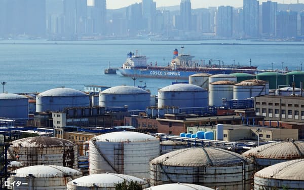 中国は世界2位の石油消費国(大連の石油関連施設)=ロイター