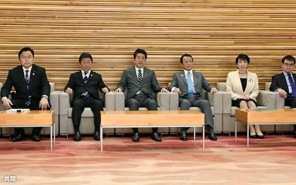閣議に臨む安倍首相(中央)ら=14日午前、首相官邸