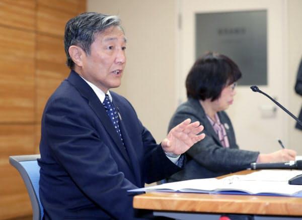 記者会見する和歌山県の仁坂吉伸県知事(左)(14日午前、和歌山県庁)
