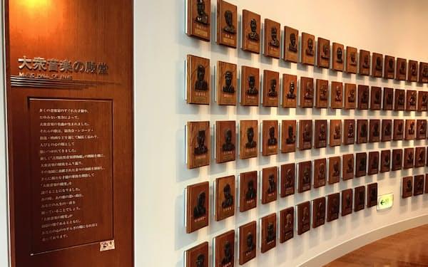 「大衆音楽の殿堂」には顕彰者のレリーフが並ぶ