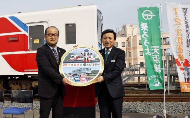 ヘッドマークを手にする天浜鉄道の長谷川寛彦社長(左)と三鉄の中村一郎社長(14日、岩手県宮古市)