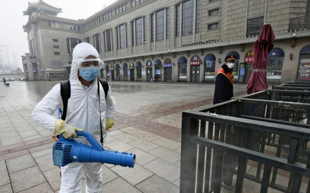 感染拡大を防ぐため中国では厳戒態勢が続く(13日、北京市)=共同