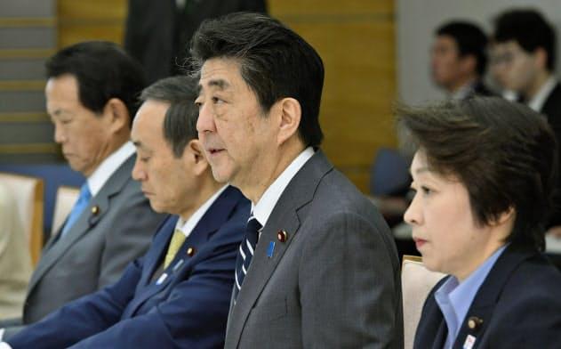 東京五輪・パラリンピック推進本部の会合であいさつする安倍首相=14日午前、首相官邸