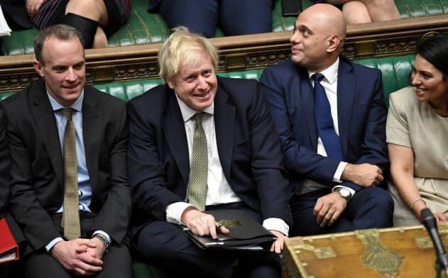 昨年12月のエリザベス女王の英議会演説ではなごやかに見えたジョンソン首相(左から2人目)とジャビド財務相(同3人目)=ロイター