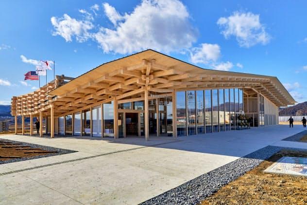 隈研吾氏が設計したコミュニティ施設「まちの縁側」。せり出した軒が伝統工法「せがい造り」の特徴(岩手県陸前高田市)